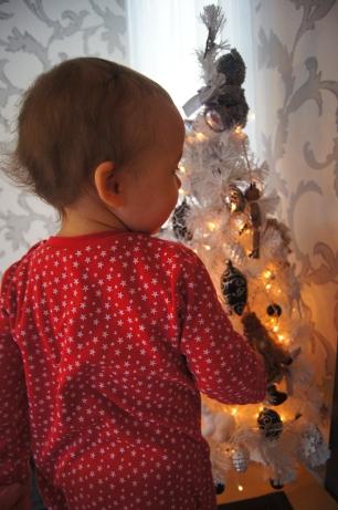 Z. ubiera choinkę w świątecznej piżamce